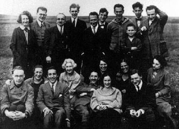 """Karl Korsch auf der """"Marxistischen Arbeitswoche"""" 1923 (vorne mitte, liegend)"""