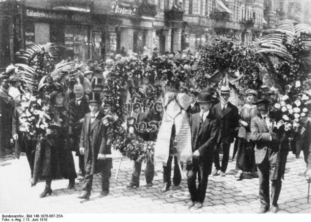 Funeral March for Rosa Luxemburg 1919 (Source: Wikipedia.de)